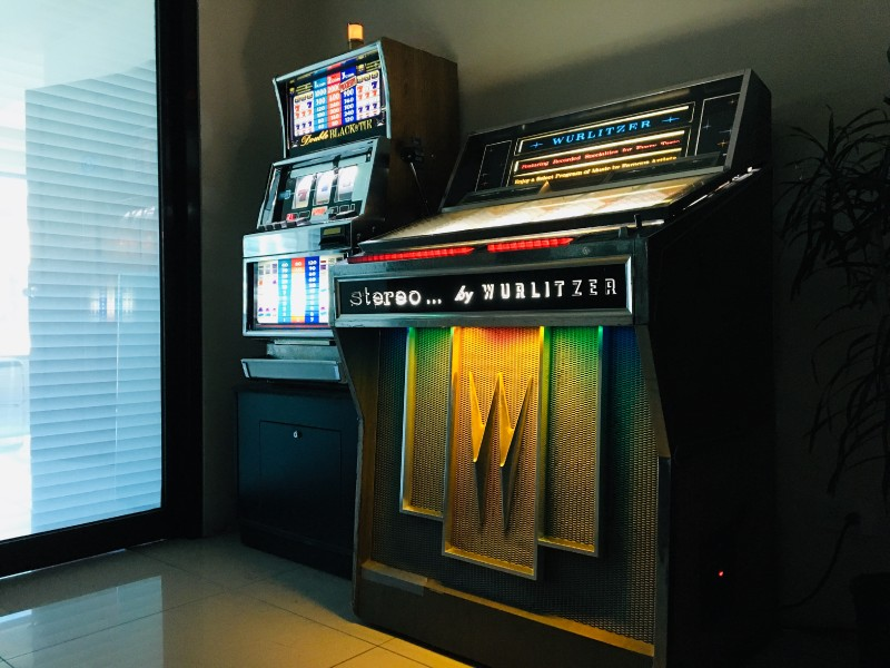 WURLITZER-JUKEBOX-AND-DOUBLE-BLACK-TIE-SLOT-MACHINE-CENTRAL-AMERICA2bb90c9b7a3048ad.jpg